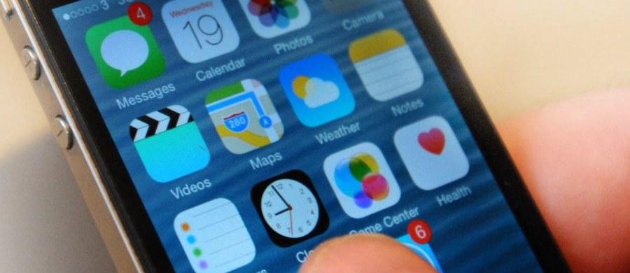 """Eksperci bezpieczeństwa z University of Michigan i University of South Carolina przestrzegają przed nowym zagrożeniem dla naszych smartfonów. Jak informuje dziennik """"New York Times"""", chodzi o moduł zawierający akcelerometr, który rejestruje ruch i położenie wielu gadżetów, w tym telefonów komórkowych. Okazuje się, że z pomocą dźwieków można złamać zabezpieczenia tego modułu, co umożliwia zakłócenie jego wskazań i podanie do mikroprocesora nieautoryzowanych instrukcji."""