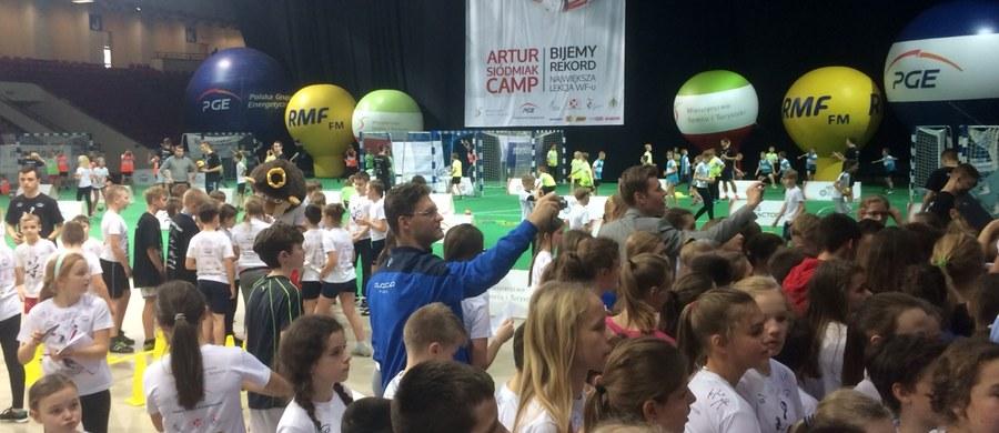 Rekord Guinnessa pobity! Na warszawskim Torwarze dobiega końca Artur Siódmiak Camp, czyli największa w Polsce lekcja WF-u. Wzięło w niej udział 5 tysięcy dzieci.