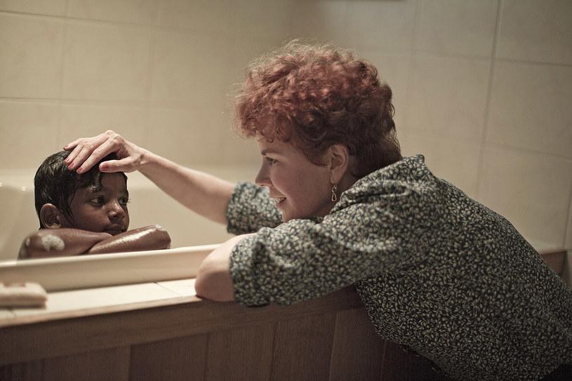 """Zjawiskową Nicole Kidman (""""Portret damy"""", """"Godziny"""", """"Inni"""") będziemy mogli oglądać w kinach od 2 grudnia w filmie """"Lion. Droga do domu"""". Aktorka gra tu prawdziwą postać - Australijkę Sue Brierley, która zaadoptowała małego hinduskiego chłopca. Gdy dorósł (Dev Patel), zapragnął odszukać swą prawdziwą rodzinę..."""