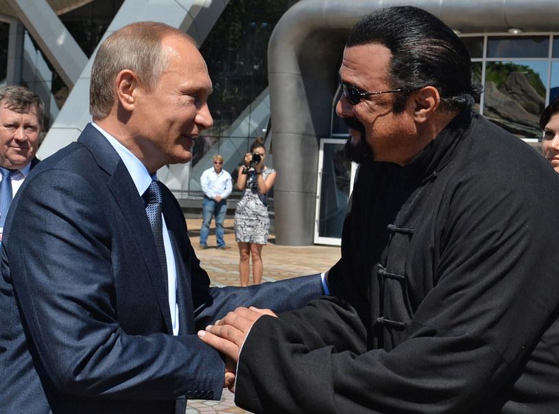 Prezydent Władimir Putin wręczył w piątek na Kremlu rosyjski paszport amerykańskiemu aktorowi kina akcji i reżyserowi Stevenowi Seagalowi. Wcześniej w listopadzie Putin podpisał dekret, na mocy którego Seagal otrzymał obywatelstwo Rosji.