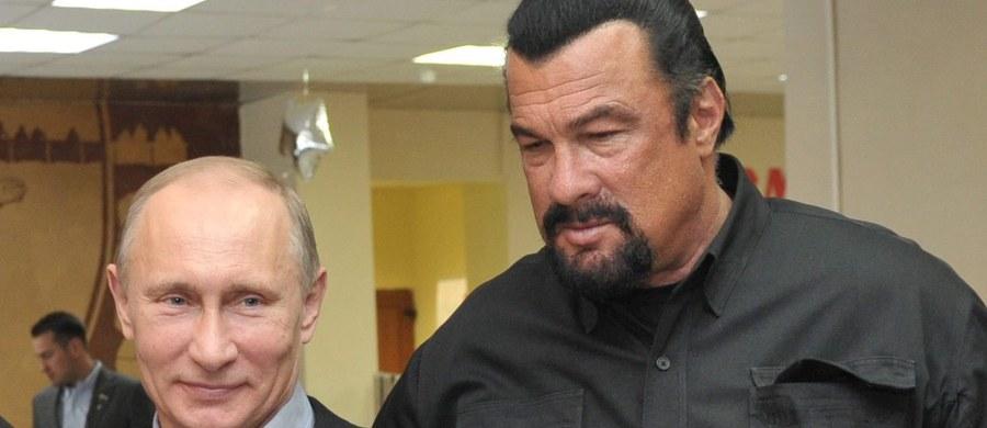 Prezydent Władimir Putin wręczył na Kremlu rosyjski paszport amerykańskiemu aktorowi kina akcji i reżyserowi Stevenowi Seagalowi. W listopadzie Putin podpisał dekret, na mocy którego Seagal otrzymał obywatelstwo Rosji.