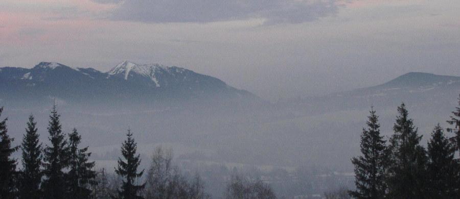 """""""W rządowych propozycjach walki ze smogiem powinien znaleźć się plan lepszego informowania o tym, co można, a czego nie należy robić, gdy normy zanieczyszczenia powietrza są przekroczone"""" - ocenia w rozmowie z dziennikarzem RMF FM profesor Piotr Hoffman, prezes Polskiego Towarzystwa Kardiologicznego. Przedstawione we wtorek propozycje rządu to między innymi wzmożone kontrole tego, czym palimy w piecach oraz zwiększone dopłaty do wymiany kotłów i kupowania węgla lepszej jakości."""