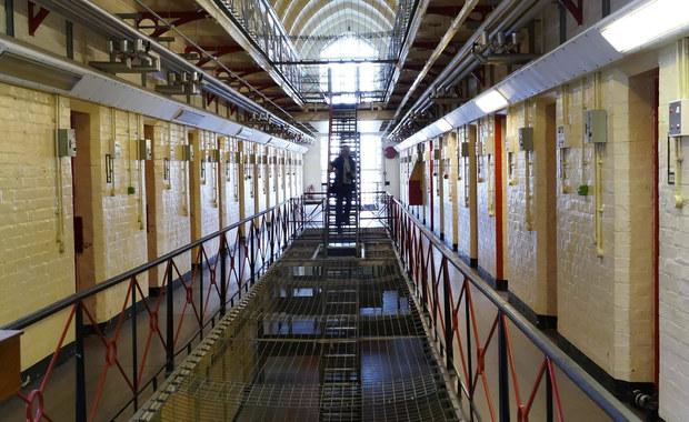 29-letnie więzień z Braniewa w Warmińsko-Mazurskiem uciekł podczas pobytu na przepustce. Mężczyzna pracował na terenie tamtejszej Komendy Powiatowej Policji.