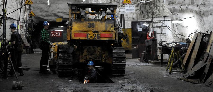 Dwóch górników zginęło w wyniku silnego wstrząsu, do jakiego doszło we wtorek o 21:09 na oddziale G-23 w kopalni ZG Rudna na Dolnym Śląsku. Był to wstrząs samoistny. Na miejscu nadal trwa akcja ratunkowa. W strefie wstrząsu było 30 górników, w miejscu zagrożenia - 16. Sześciu z nich nadal jest poszukiwanych, nie ma z nimi kontaktu. Spośród 8, których w pierwszej kolejności wydobyto na powierzchnię, trzech najciężej rannych trafiło do szpitala w Głogowie. 5 pozostałych przebywa w innych placówkach medycznych. Jak poinformowały władze kopalni, na miejscu zdarzenia pracuje 9 zastępów, czyli 45 ratowników.