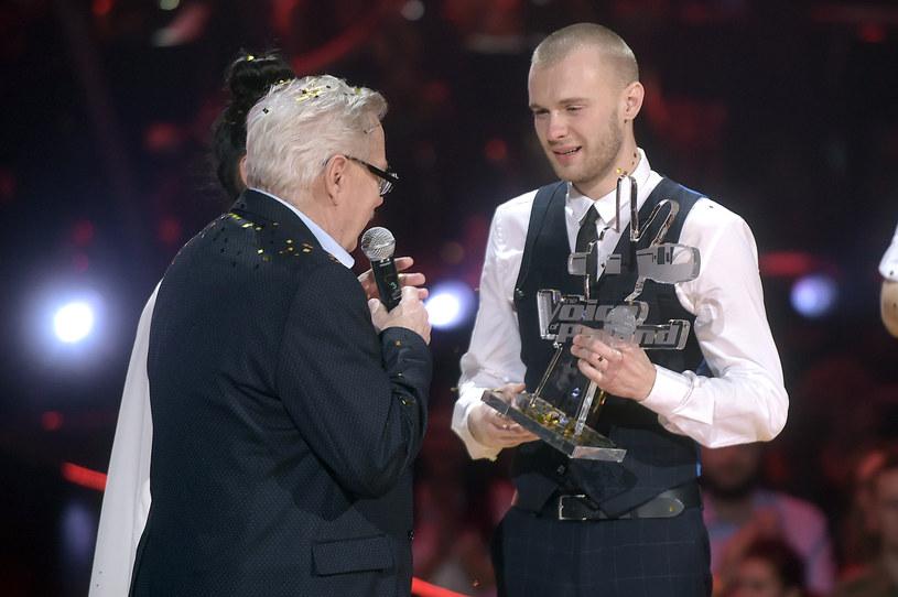 """Śpiewa od czwartego roku życia, ale dopiero teraz będzie miał szansę podbić listy przebojów. Mateusz Grędziński dzięki zwycięstwu w """"The Voice of Poland"""" może wkrótce zrobić upragnioną karierę."""
