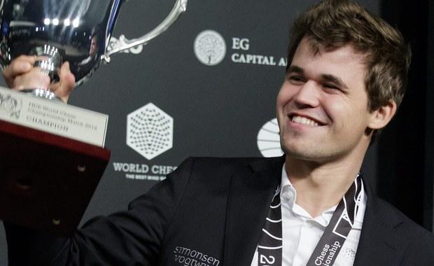 Norweg Magnus Carlsen, w dniu swych 26. urodzin, obronił w Nowym Jorku tytuł mistrza świata w szachach. W rozpoczętym 11 listopada meczu pokonał reprezentanta Rosji, starszego o 11 miesięcy Siergieja Karjakina, 9:7.