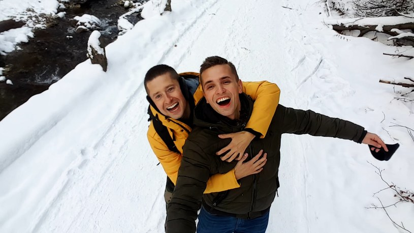 """Poniżej możecie zobaczyć kolejne wideo nakręcone przez parę gejów z Polski, o których usłyszał niemal cały świat za sprawą wakacyjnego klipu do przeboju Roxette. Tym razem Jakub i Dawid sięgnęli po piosenkę """"Niebiesko-zielone"""" Beaty Kozidrak."""