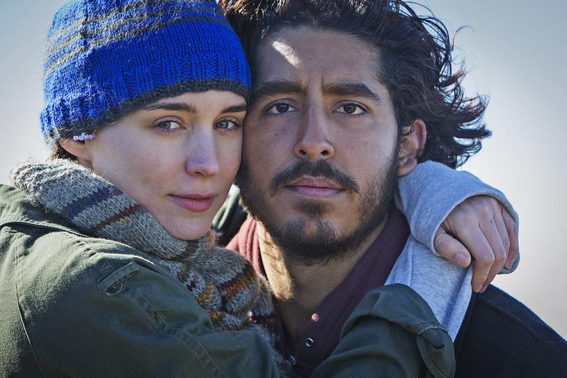 """Rooney Mara (""""Dziewczyna z tatuażem"""") partneruje Devowi Patelowi (""""Slumdog. Milioner z ulicy"""", """"Hotel Marigold"""") w filmie zainspirowanym prawdziwą historią o nadzwyczajnej odwadze i wielkiej sile miłości - """"Lion. Droga do domu"""". Produkcję na ekranach polskich kin oglądać można od 2 grudnia."""