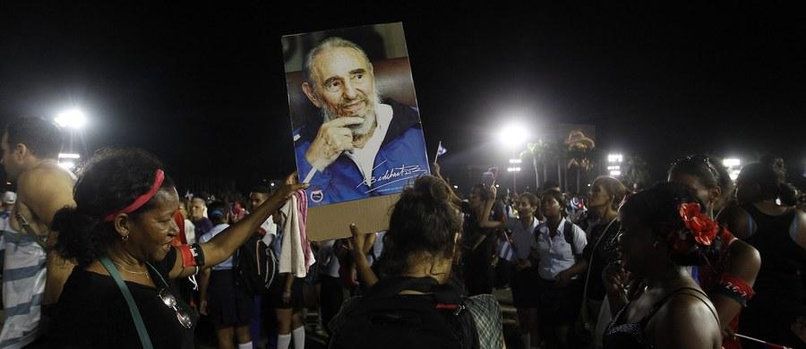"""Dziesiątki tysięcy osób żegnało przywódcę kubańskiej rewolucji Fidela Castro w Santiago de Cuba. Na placu Antonio Maceo skandowano """"Fidelu, twój naród jest przy tobie""""."""