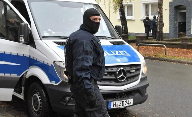 17-letni uchodźca z Afganistanu podejrzany o zgwałcenie i zamordowanie studentki we Fryburgu na zachodzie Niemiec przebywa w areszcie - informują niedzielne wydania niemieckich gazet. Policja wpadła na jego ślad dzięki włosowi znalezionemu na miejscu zbrodni.