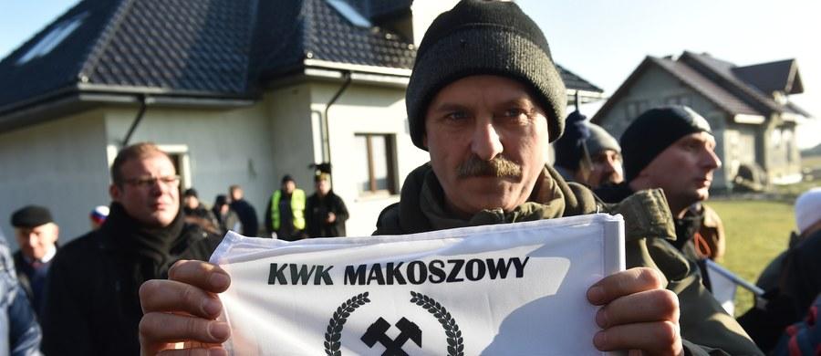 Około 200 górników z kopalni Makoszowy, której grozi zamknięcie, pikietowało w Barbórkę przed domem premier Beaty Szydło w Brzeszczach-Przecieszynie (Małopolskie). Chcieli zostawić kwiaty i petycję, w której wyrazili zaniepokojenie o losy swojego zakładu.