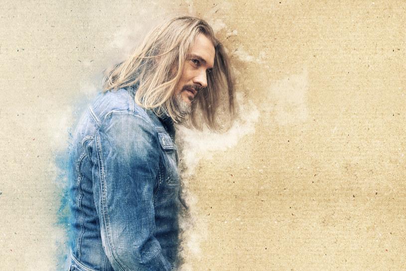 """Poniżej możecie posłuchać utworu """"Pokochaj"""" - drugiego singla zapowiadającego nową płytę Maćka Balcara, """"Znaki""""."""