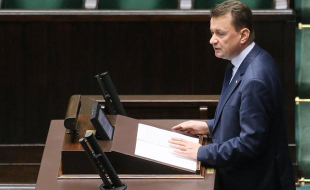 """10 grudnia przed Pałacem Prezydenckim zgłoszono 12 demonstracji - poinformował szef MSWiA Mariusz Błaszczak. Zapewnił, że policja będzie dbała o bezpieczeństwo, ale oczekuje, że demonstrujące grupy """"będą szanowały swoich przeciwników"""" i """"nie będzie sytuacji, kiedy obrażani są ludzie, którzy stracili swoich najbliższych""""."""