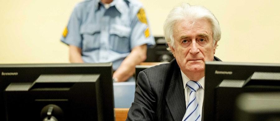 """Były przywódca Serbów bośniackich Radovan Karadżić, skazany w tym roku przez trybunał haski na 40 lat więzienia za zbrodnie wojenne, nazwał ludobójstwo, którego dopuszczono się Srebrenicy, """"idiotyzmem"""" i """"dziełem obłąkanego umysłu"""". """"Ktokolwiek to zrobił, to był zdrajca narodu serbskiego, który najbardziej zaszkodził serbskim interesom"""" - powiedział w wywiadzie dla belgradzkiego tygodnika """"Nedeljnik""""."""