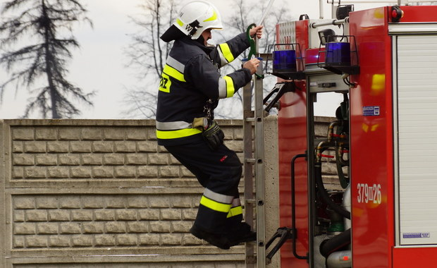 Pożar budynku socjalnego w Starachowicach w województwie świętokrzyskim. Nie żyje 44-letni mężczyzna. Kilkanaście osób trzeba było ewakuować, w tym dzieci. Pożar wybuchł około 4 nad ranem. Na miejscu cały czas pracuje 7 zastępów straży pożarnej.