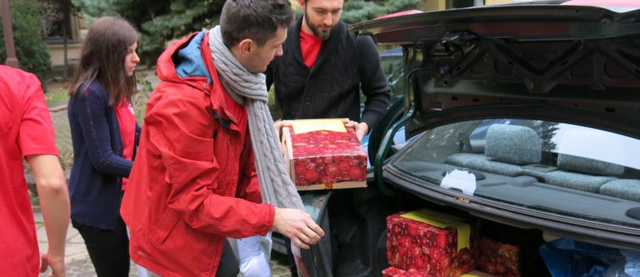 """10,5 tys. wolontariuszy pracowało w sobotę w pocie czoła. W ten weekend przypada wielki finał 16. edycji Szlachetnej Paczki. Za nami pierwszy dzień - w całej Polsce otwartych było około 700 magazynów. Od piątku gromadzone były w nich paczki dla najbiedniejszych rodzin. Podarowali je darczyńcy. Wolontariusze przygotowali prezenty do transportu. Na polskich drogach można było w sobotę zobaczyć dziesiątki załadowanych po dach """"szlachetnych ciężarówek"""". Paczki powędrowały już do wielu potrzebujących. W niedzielę prezenty trafią do kolejnych rodzin."""