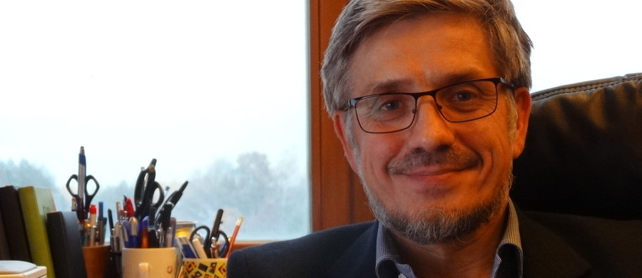 Lubimy narzekać, że polskie wyższe uczelnie zajmują wciąż odległe miejsca w tak zwanym rankingu szanghajskim, ale nie chcemy zauważyć, że są wysoko oceniane w innych rankingach, ze względu na czynione w ostatnich latach postępy - mówi w rozmowie z RMF FM prof. Józef Dulak, szef Zakładu Biotechnologii Medycznej Wydziału Biochemii, Biofizyki i Biotechnologii Uniwersytetu Jagiellońskiego. Jego zdaniem, te postępy to wynik nie tylko poważnych inwestycji w laboratoria i aparaturę naukową, ale też bliskiej współpracy międzynarodowej i wysokiego w wielu dziedzinach poziomu wykształcenia młodej kadry naukowej.