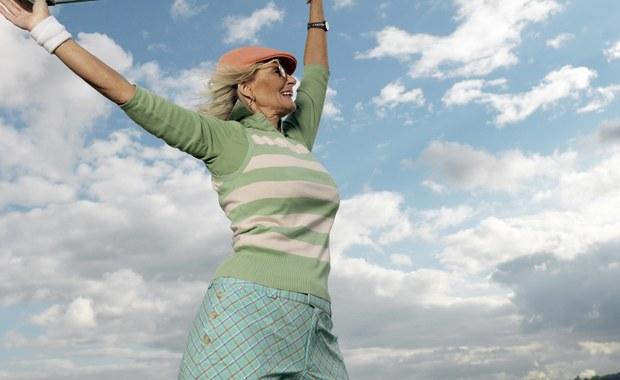 """Objawy starzenia się można cofnąć, cały proces starzenia odwrócić, przynajmniej do pewnego stopnia - przekonują na łamach czasopisma """"Cell"""" naukowcy z Salk Institute. Wyniki ich badań pokazały, że okresowe pobudzanie ekspresji genów istotnych dla naszego rozwoju embrionalnego, ale potem nieczynnych, może odwrócić zmiany nieuchronnie pojawiające się w miarę upływu czasu. W laboratorium udało im się nie tylko odmłodzić komórki ludzkiej skóry, ale i przedłużyć myszom życie."""