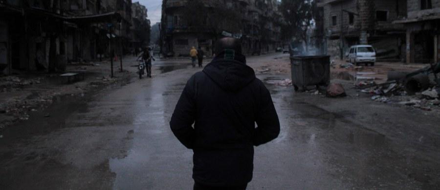 """Sekretarz stanu John Kerry oświadczył, że reżim prezydenta Syrii Baszara el-Asada dopuszcza się w Aleppo """"ni mniej, ni więcej, tylko masakry"""". Zaapelował o trwały rozejm w tym syryjskim mieście i zapewnienie do niego dostępu organizacjom pomocowym. Z najnowszych informacji ONZ wynika z kolei, że ok. 40 tys. cywilów czeka we wschodnim Aleppo na ewakuację do zachodniej części miasta, a 1,5-5 tys. rebeliantów z rodzinami czeka na ewakuację do sąsiedniej prowincji Idlib."""