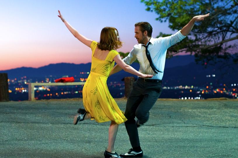 """Pierwszy sprawdzian naszej wyrozumiałości twórcy """"La La Land"""" przeprowadzają już w otwierającej film sekwencji na kalifornijskiej autostradzie. W popisowym kawałku """"Another Day of Sun"""" grupa nieznanych sobie osób zaczyna, ot tak tańczyć i śpiewać wśród morza stojących w korku aut. Postacie kręcą piruety, robią szpagaty, skaczą i klaskają w takt żywiołowej melodii. Jeśli Waszym zdaniem, brzmi to jak opis najwspanialszej rzeczy na świecie, to znak, że """"La La Land"""" jest dla Was stworzony."""