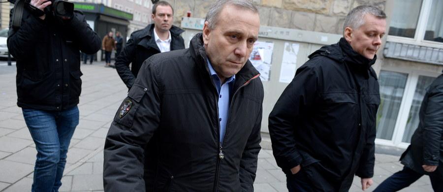 """Kilkudziesięciu posłów opozycji nadal przebywa na sali sejmowej; pozostaną tam do wtorku 20 grudnia - zapowiedział szef PO po posiedzeniu klubu. Grzegorz Schetyna mówił, że """"po raz kolejny, kiedy są ważne rzeczy, kiedy dzieje się coś złego, nie ma prezydenta"""" ."""
