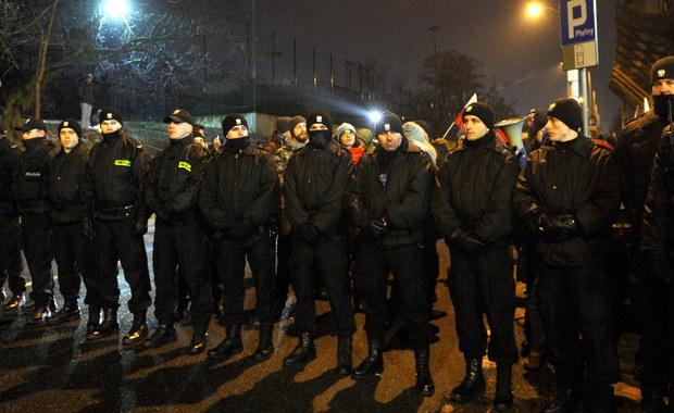 Stołeczna policja przeanalizuje przebieg nocnych interwencji funkcjonariuszy przed Sejmem - dowiedzieli się reporterzy RMF FM. Jak ustalili nasi dziennikarze, analizowane będą między innymi materiały pojawiające się w internecie i w mediach.