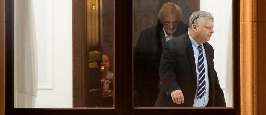 Zamierzam złożyć zawiadomienie do prokuratury w sprawie napaści na mnie przez posła Michała Szczerbę (PO) - mówi wiceszef klubu PiS Marek Suski. Według niego, Szczerba umyślnie przewrócił go w nocy z piątku na sobotę w Sejmie. To kłamstwo - twierdzi Szczerba.