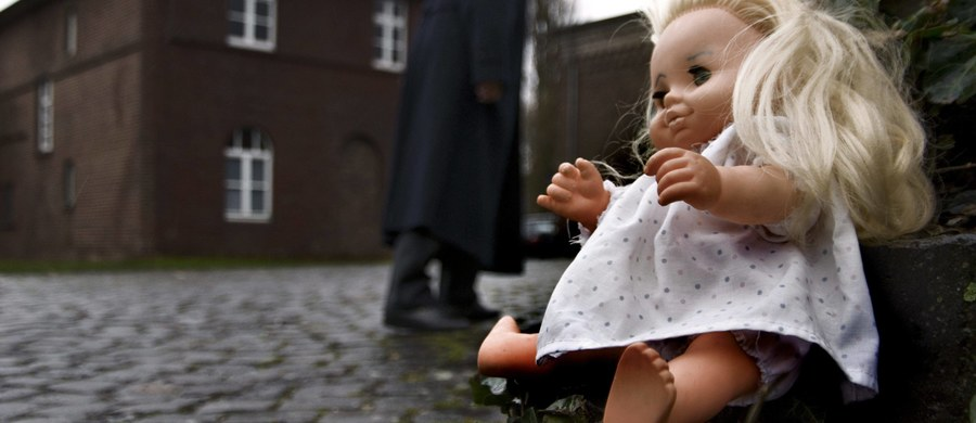 2,5-letnia Julia z Piekar Śląskich nie żyje, bo pobił ją konkubent matki - tak twierdzi prokuratura. Dziewczynka zmarła w sobotę wieczorem, mimo długiej reanimacji. 32-letni mężczyzna usłyszał już zarzuty.