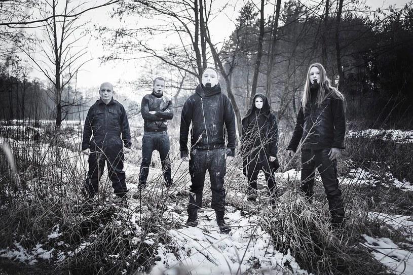 """Wydany właśnie album """"No Gods No Masters"""" to efekt współpracy metalowej grupy The John Doe's Burial z cenionym realizatorem Arkadiuszem """"Malta"""" Malczewskim, który produkował m.in. płyty grup Behemoth czy Decapitated."""