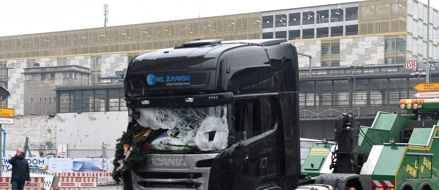 Związek Międzynarodowych Przewoźników Drogowych będzie rozmawiał ze swoimi odpowiednikami na zachodzie Europy o procedurach w transporcie, które mogłyby zapobiec wykorzystaniu ciężarówek do ataków terrorystycznych. To reakcja na wczorajszy zamach w Berlinie. Napastnicy ukradli pojazd polskiemu kierowcy, zabili go, a potem wjechali ciężarówką w tłum na jarmarku bożonarodzeniowym.
