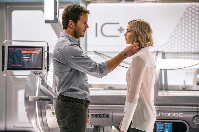 """Obecnie nie sposób znaleźć w Hollywood większych nazwisk, niż Jennifer Lawrence i Chris Pratt. To aktorzy, którzy za każdym razem przyciągają do kin tłumy, niezależnie od tego, w czym się pojawią. A przynajmniej z takiego założenia musieli wyjść twórcy """"Pasażerów"""", bo tak skupili się na angażowaniu tej dwójki do swojego nowego dzieła, że zapomnieli o paru innych istotnych elementach dobrego filmu. Choćby o ciekawych dialogach, mocnej intrydze i jakimkolwiek sensie."""