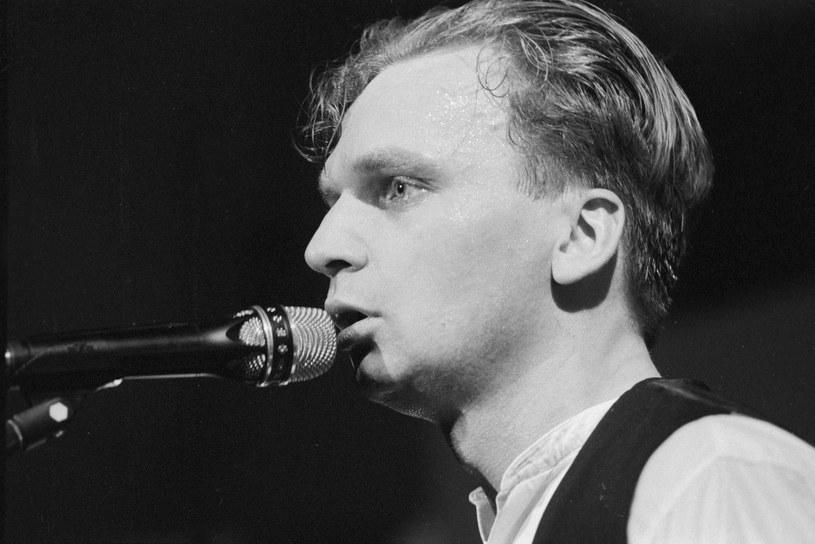 Grzegorz Ciechowski był jednym z najważniejszych, polskich artystów lat 80. i 90. w Polsce. I w tym przypadku słowo artysta pasuje, jak żadne inne. Lider Republiki był tekściarzem, producentem, multiinstrumentalistą, wokalistą, felietonistą i pisarzem. 22 grudnia 2016 roku mija 15 lat od jego nagłej śmierci.