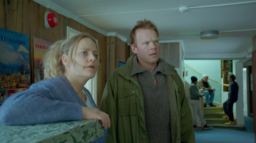 """W serwisach informacyjnych nieustannie słyszymy o napływie nowych fal imigrantów docierających do granic Europy. Politycy wyraźnie nie radzą sobie z tym problemem, ale nie przeszkadza to filmowcom głośno mówić o tym zjawisku. 23 grudnia na ekranach polskich kin zagościł obraz o """"norweskim Schindlerze"""" - """"Witajcie w Norwegii!""""."""