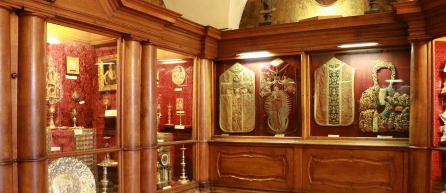 To miejsce historyczne i symboliczne. Cel niezliczonych pielgrzymek, którego największym skarbem jest cudowny obraz Matki Boskiej Częstochowskiej. Jasna Góra. Zaglądamy do miejsc dobrze znanych, ale i takich, do których dostęp mają tylko nieliczni…