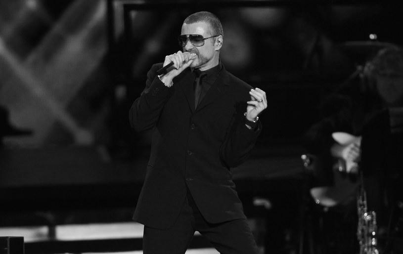 George Michael, wokalista, producent i kompozytor oraz członek grupy Wham! zmarł 25 grudnia w swojej posiadłości w hrabstwie Oxfordshire. Według informacji podanych przez jego menedżera przyczyną śmierci artysty była niewydolność serca.