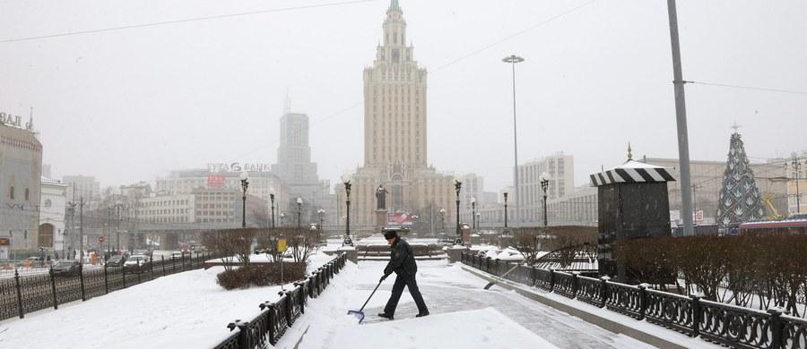 """Policjanci w Moskwie ewakuowali ponad 3 tysiące osób z trzech dworców kolejowych. To rezultat anonimowej wiadomości o podłożeniu bomby. """"O godzinie 14.40 zakończyła się operacja sprawdzania. Zagrożenie bombowe się nie potwierdziło"""" - powiedział przedstawiciel stołecznych służb ds. sytuacji nadzwyczajnych. Zapewnił, że dworce funkcjonują normalnie."""