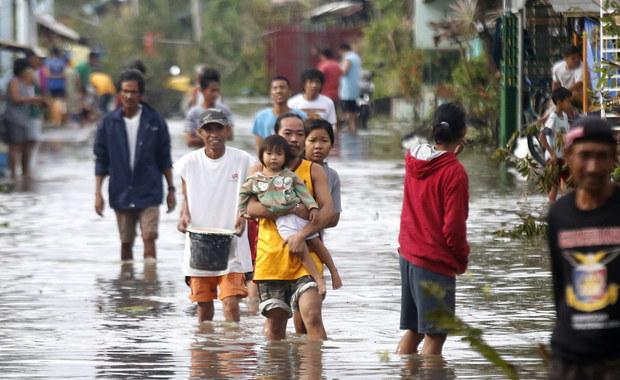 Potężny tajfun Nock-Ten, nazywany także Nina, zabił na Filipinach co najmniej sześć osób i zrujnował obchody Bożego Narodzenia w kilku prowincjach tego najludniejszego katolickiego kraju w Azji. Ponad 380 tys. osób opuściło domy i schroniło się w ośrodkach ewakuacyjnych.