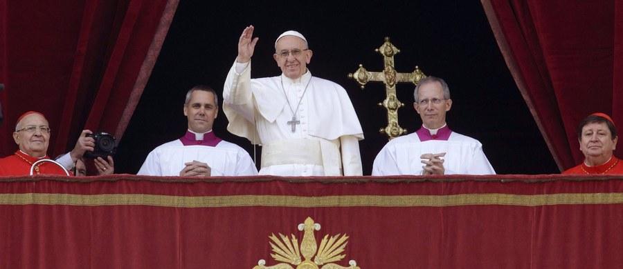 """Papież Franciszek powiedział wiernym, że """"świat nienawidzi chrześcijan z tego samego powodu, z jakiego nienawidził Jezusa"""". """"On przyniósł światło Boga, a świat woli mroki, by ukryć swe nikczemne uczynki"""" - mówił papież w Watykanie."""