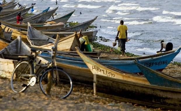 Co najmniej 30 osób, w tym piłkarze i kibice drużyny z regionu Buliisa, poniosło śmierć w wyniku zatonięcia łodzi na Jeziorze Alberta w Ugandzie. Na pokładzie było 45 osób. Zdaniem policji do wypadku doszło, gdy większość z nich znalazła się po tej samej stronie.