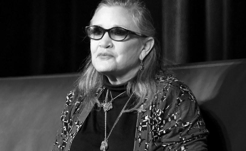 """Carrie Fisher, która w """"Gwiezdnych wojnach"""" grała księżniczkę Leę, zmarła w szpitalu na skutek zawału serca. Miała 60 lat - podał magazyn """"People"""", powołując się na agenta aktorki."""