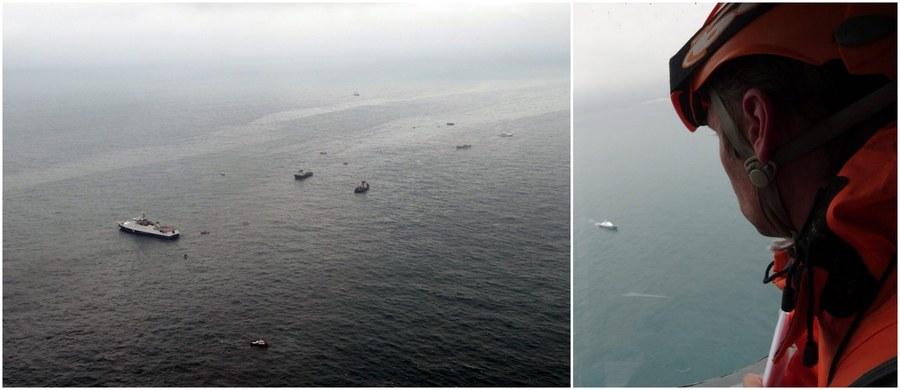 """""""Dowódco, spadamy"""" - to, jak donosi portal informacyjny Life.ru, ostatnie słowa jednego z pilotów rosyjskiego Tu-154, który w niedzielę runął do Morza Czarnego. Według rosyjskich agencji prasowych, odnaleziono już wszystkie trzy czarne skrzynki maszyny. Jak podała agencja Interfax, powołująca się na źródło zbliżone do dochodzenia, śledczy są zdania, że do katastrofy doprowadziła usterka lotek na skrzydłach tupolewa."""