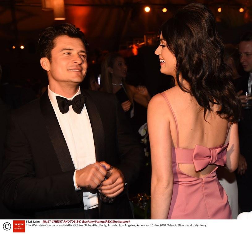 """Aktor Orlando Bloom spędził święta z Katy Perry i jej rodziną. Wśród atrakcji, jakie przygotowała wokalistka dla swojego chłopaka, była zabawa przy grze """"Ciastem w twarz""""."""