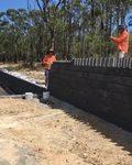 Robotnicy ułożyli budowlane domino