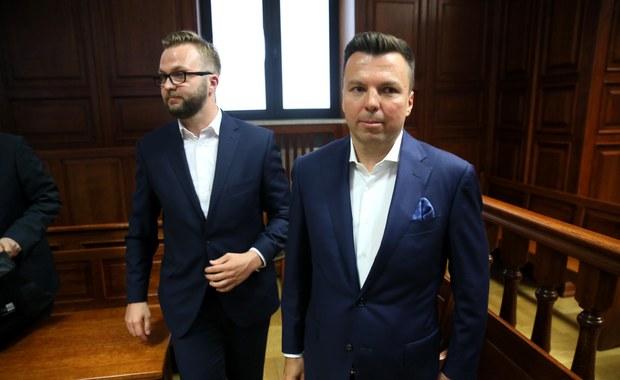 W czwartek ma zapaść wyrok w sprawie podsłuchów w warszawskich restauracjach. Prokuratura żąda kary półtora roku więzienia w zawieszeniu i 540 tys. zł grzywny dla głównego oskarżonego, biznesmena Marka Falenty. Wniosła też o karę 10 miesięcy więzienia w zawieszeniu dla kelnera Konrada Lassoty oraz współpracownika Falenty - Krzysztofa Rybki. Śledczy chcą, by sąd odstąpił od kary wobec drugiego kelnera Łukasza N. Miałby on wpłacić 50 tys. zł na cel społeczny - uzasadniono to pomocą N., który złożył obszerne wyjaśnienia.