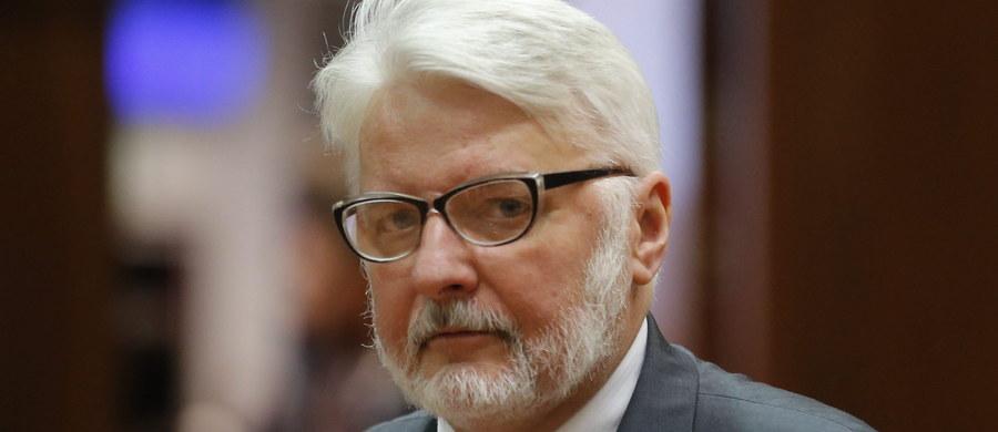 Wysłaliśmy notę dyplomatyczną, domagamy się odpowiedzi od rosyjskiego MSZ na jakie dokumenty powoływał się prezydent Władimir Putin ws. katastrofy smoleńskiej - podkreślił szef polskiej dyplomacji Witold Waszczykowski. Dodał, że Polska domaga się zwrotu wraku tupolewa.