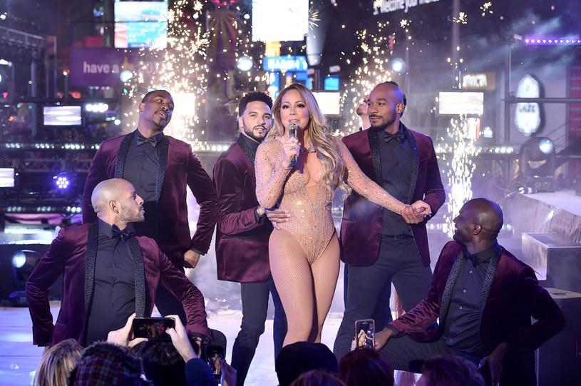 Mariah Carey, która zaliczyła wstydliwą wpadkę na koncercie sylwestrowym w Nowym Jorku, zabrała głos. Ludzie z jej ekipy obarczają natomiast producentów imprezy za to, co stało się podczas występu gwiazdy.