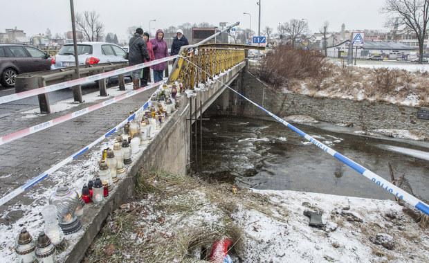 Zarzuty spowodowania wypadku ze skutkiem śmiertelnym i prowadzenia samochodu pod wpływem alkoholu usłyszał Ukrainiec, który w sylwestrową noc śmiertelnie potrącił w Jeleniej Górze dwie nastolatki. Dziewczyny wyszły w domu, by obejrzeć o północy pokaz fajerwerków. Jak dowiedział się reporter RMF FM Bartłomiej Paulus, w czasie policyjnego przesłuchania 27-latek nie przyznał się do winy - twierdził, że nie pamięta wypadku. Grozi mu do 12 lat więzienia.