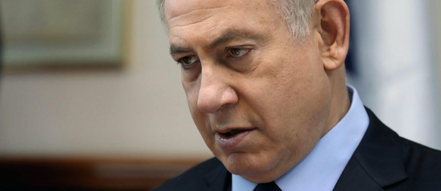 """Premier Izraela Benjamin Netanjahu został przesłuchany przez policję w związku z zarzutami przyjęcia """"kosztownych podarunków"""" i innych """"korzyści"""" od niezidentyfikowanych biznesmenów. Netanjahu stanowczo zaprzecza wszelkim zarzutom."""