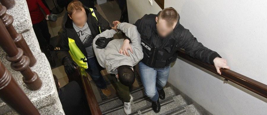 Sąd rejonowy w Ełku aresztował na trzy miesiące podejrzanych o zabójstwo 21-letniego Daniela, przychylając się do wniosku miejscowej prokuratury. To właściciel baru z kebabem, gdzie w noc sylwestrową doszło do awantury - 41-letni Algierczyk i 26-letni Tunezyjczyk, który tam pracował.