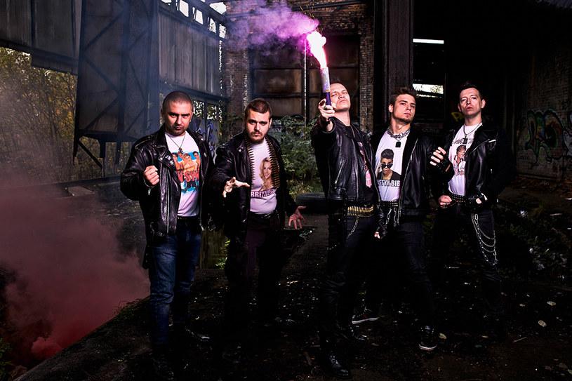 """W marcu rozpocznie się trasa koncertowa pod hasłem """"Zdrajcy Metalu Tour 2017"""". Główną gwiazdą będzie grupa Nocny Kochanek, a towarzyszyć jej będzie Zenek, wokalista formacji Kabanos."""